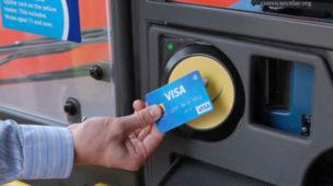 Homem pagando passagem de ônibus, metro, com cartão, bilhete único