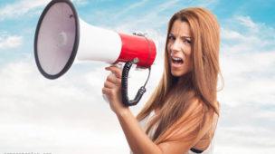 Mulher com megafone para reclamação de cancelamento, protestar