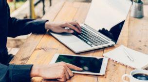 Homem usando laptop e tablet, cancelamento de serviço online